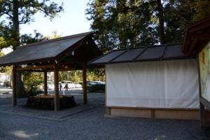 手水舎の脇に準備された古札納所(外宮、北御門参道口)