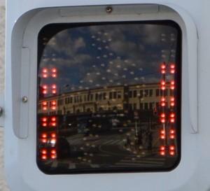 宇治山田駅を映す歩行者用信号機(伊勢市観光文化会館前)