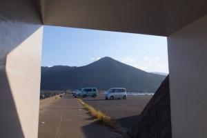 志布志国家石油備蓄基地への橋の下から望む権現山