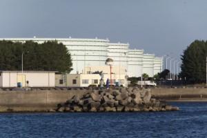 東串良漁港の先に望む志布志国家石油備蓄基地