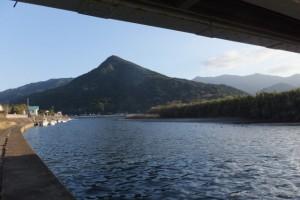 第一有明橋(肝属川)下から望む権現山