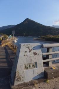 第一有明橋(肝属川)から望む権現山