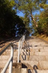 神武天皇御発航伝説地碑への石段(鹿児島県肝属郡東串良町)