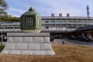 巨大な駅鈴のモニュメント(JR松阪駅前)