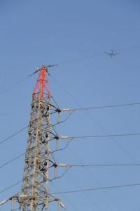 宮川右岸から見上げた鉄塔と飛行機