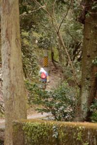 先行するおばあちゃん(河内ダム〜鳥羽河内川上流部にある棚田跡)