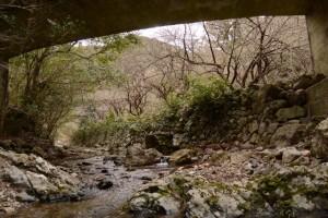 鳥羽河内川上流部にある棚田跡への分岐付近の橋