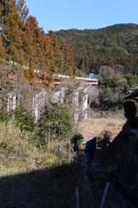 七保大橋付近、下流側に残された打見の渡し場跡へと続く石畳