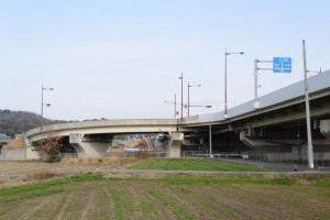 県道421号と立体交差する松阪多気バイパス(国道42号)