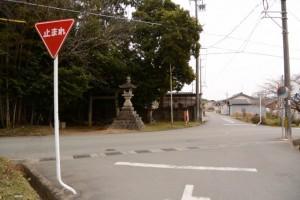 伊勢本街道(初瀬街道)の説明板付近の常夜燈(玉城町上田辺)