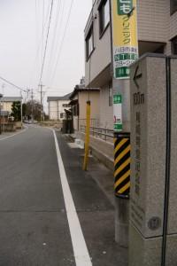 「← 100m 尾崎咢堂記念館」の道標
