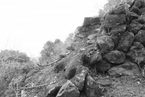 崩れた石垣(朝熊峠)