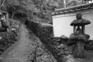 奥之院山門前の常夜燈(金剛證寺)