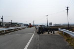 前方工事中のため汁谷川に沿っての迂回