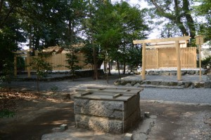 覆屋が取り外された御井越しに望む志等美神社、大河内神社および打懸神社