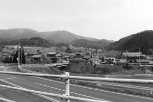 美里ふるさと資料館方向の遠望(津市美里町北長野)