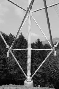 長野城跡付近の送電線鉄塔(津市美里町桂畑)
