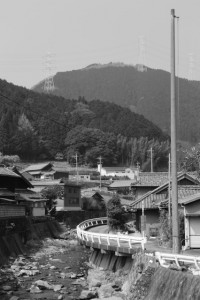 桂畑橋(桂畑川)付近から望む長野城跡