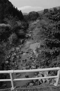 伊賀街道 長野宿の脇道から続いた橋から望む長野川