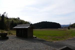 墓地の駐車場付近(斎宮調整池西南側、玉城町上田辺)