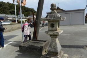「朝久田」地名板脇の常夜燈