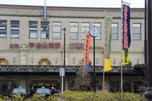 「神宮奉納大相撲」の幟が立つ近鉄宇治山田駅前