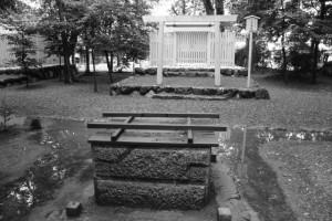 上社の御井越しに望む打懸神社(豊受大神宮 末社)