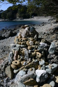 石に残された穿孔貝による無数の孔(伊射波神社の鳥居付近)