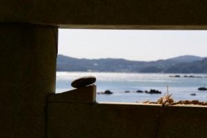 海に向かって建つ伊射波神社の鳥居