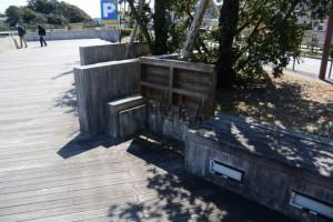 カモメの散歩道に設置されているバリアフリー・ベンチ