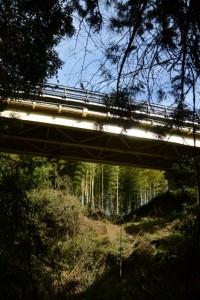 岩瀧神社の前を流れる毛作川に架かる国道42号の橋(大紀町滝原)