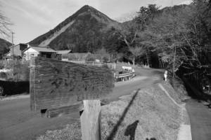 「多岐原神社 是より90m」の道標