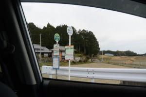 一新された三重交通のバス停「高野出 バスのりば」(津市安濃町草生)