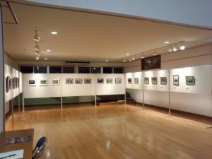 搬入を終えた写真展「身近な風景〜Familiarium Landscape〜」の会場(美里ふるさと資料館)