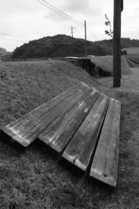 神田下種祭のために取り外された黒木鳥居前の横板(神宮神田)