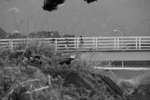 朝熊川に架かる朝熊橋(歩道橋)を渡る親子連れ