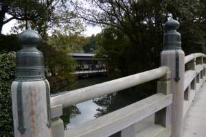 外宮表参道の火除橋から望むせんぐう館 休憩舎