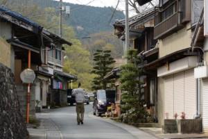熊野古道伊勢路を歩く旅人(阿曽公民館付近)