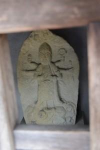 庚申祠内にまつられる青面金剛像(大紀町阿曽)