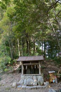 本殿近くにまつられている山神の祠(明神社)