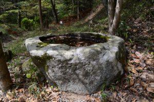 石山観音公園入口付近の手水石