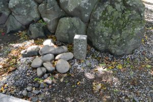 取り外された鳥居の柱の跡?(上社)