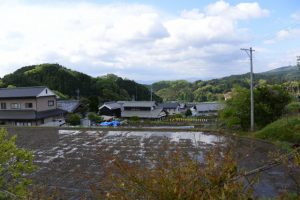 長野神社、参道からの風景(津市美里町北長野)