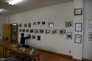 写真展「身近な風景・」のレイアウト変更作業中(美里ふるさと資料館)