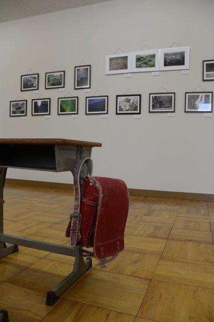 写真展「身近な風景・」のレイアウト変更、仕上げの赤いランドセル(美里ふるさと資料館)