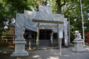 御遷座に向けて拝殿、本殿の修繕が開始された坂社(伊勢市八日市場町)