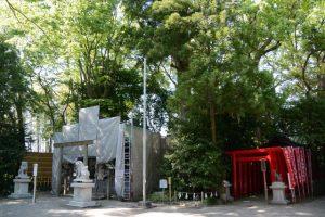 修繕が開始された坂社と仮殿となっている坂之森稲荷社
