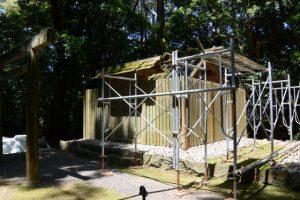 仮殿遷座を終え修繕が開始された朽羅神社(皇大神宮 摂社)