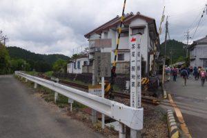 JR紀勢本線 新田踏切、 「茶屋一願地蔵」一二0米先の道標