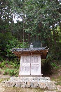 茶畑の上方に建つ不動堂(大台町神瀬)
